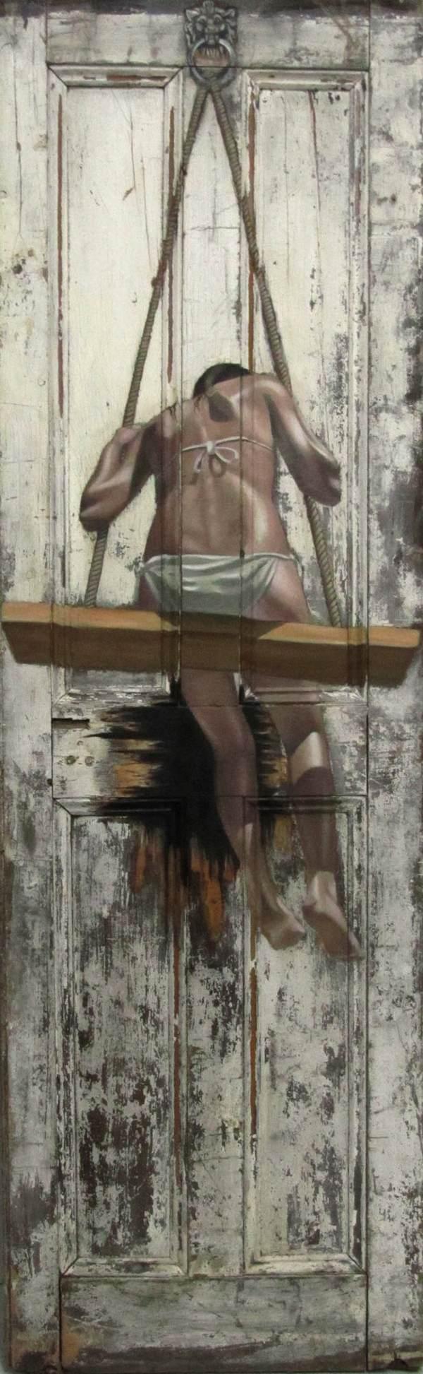 Фото. Интригующие картины на старых дверях. (8)