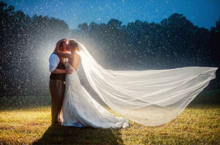Красивые свадебные фотографии под дождем (17)