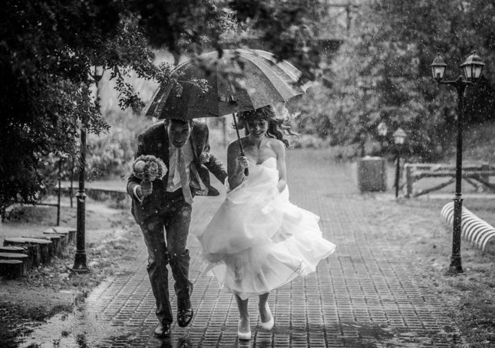 Красивые свадебные фотографии под дождем (13)
