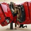 Необыкновенные скульптуры из разбитых автомобилей. (6 фото)