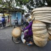 Перегруженные вьетнамские мотороллеры. (10 фото)