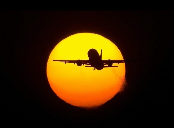 Фото. Самолеты на фоне луны и солнца. (7)
