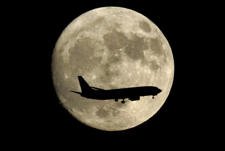 Фото. Самолеты на фоне луны и солнца. (6)