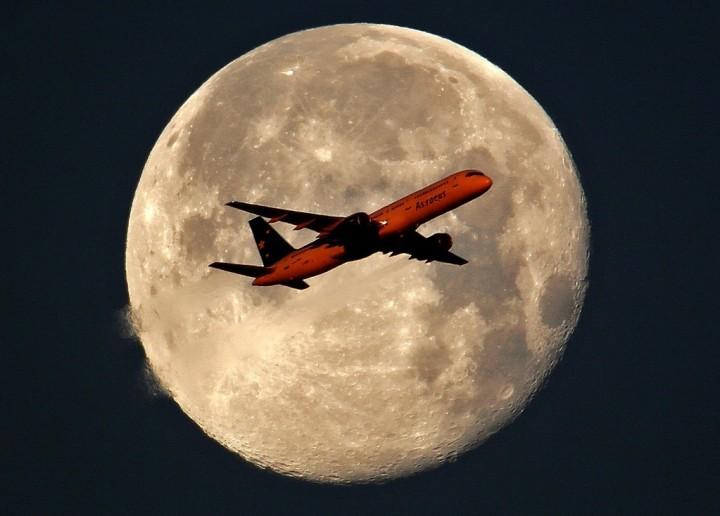 Фото. Самолеты на фоне луны и солнца. (9)