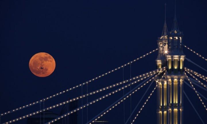 Фото. Самолеты на фоне луны и солнца. (3)