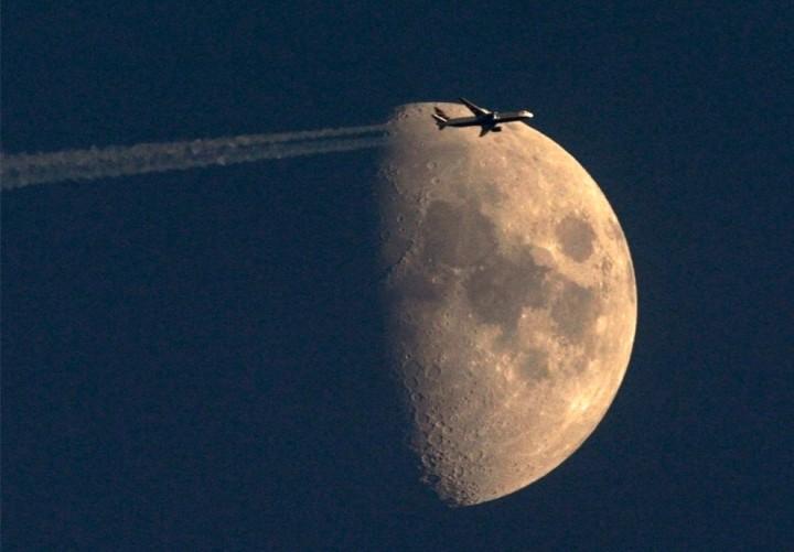 Фото. Самолеты на фоне луны и солнца. (5)