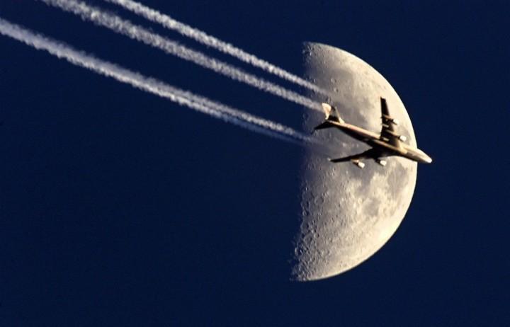 Фото. Самолеты на фоне луны и солнца. (4)