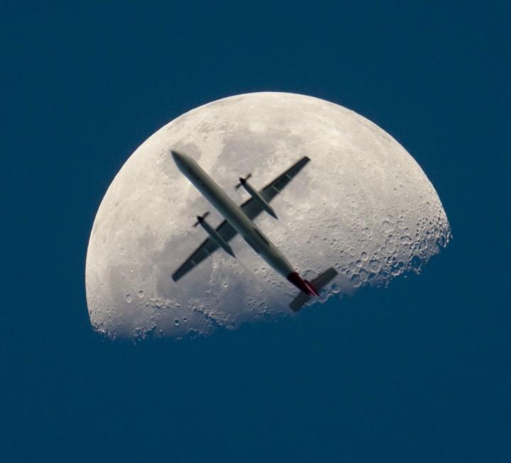 Фото. Самолеты на фоне луны и солнца. (1)