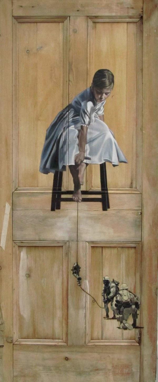 Фото. Интригующие картины на старых дверях. (6)