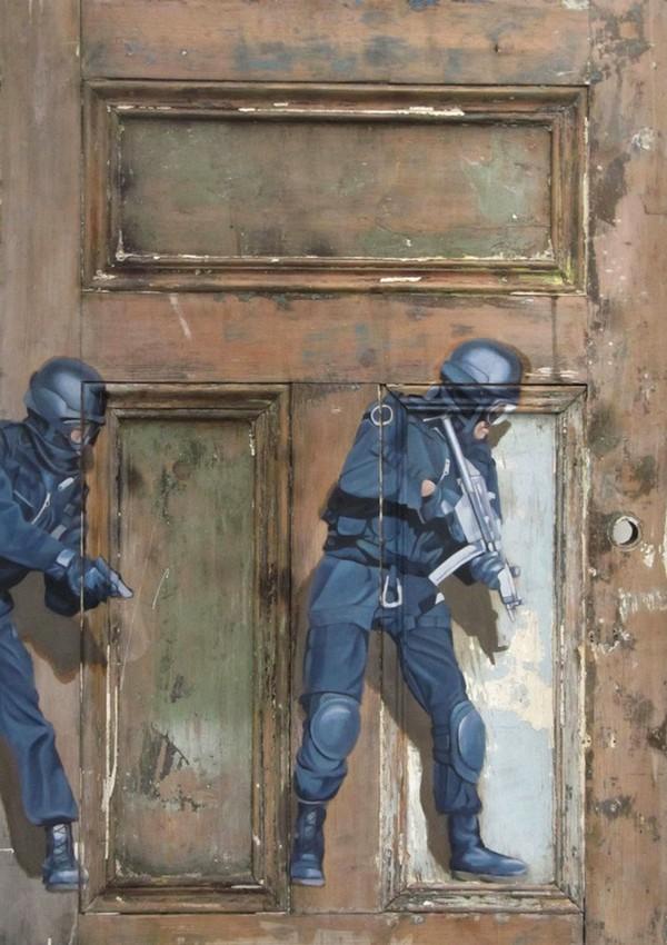 Фото. Интригующие картины на старых дверях. (3)