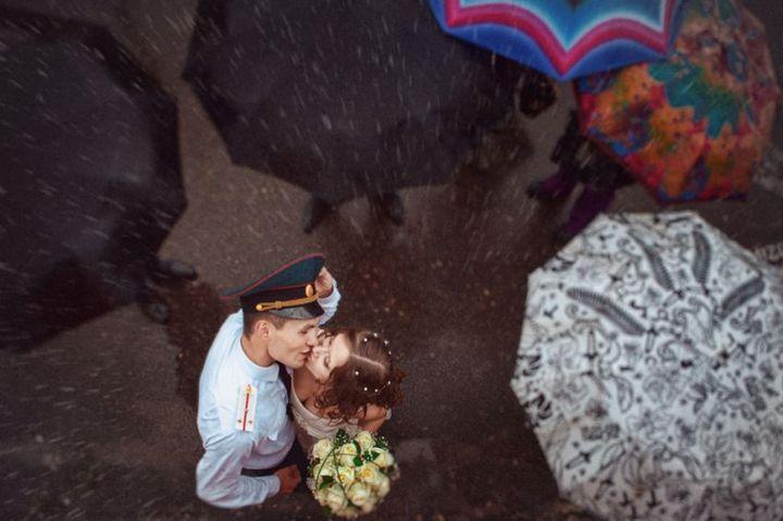 Красивые свадебные фотографии под дождем (16)