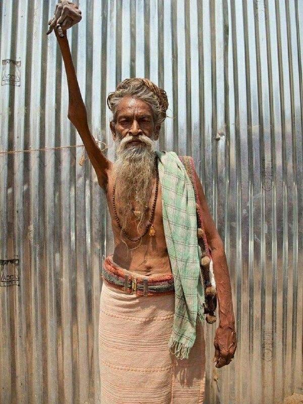 Индус держит руку поднятой вот уже 47 лет