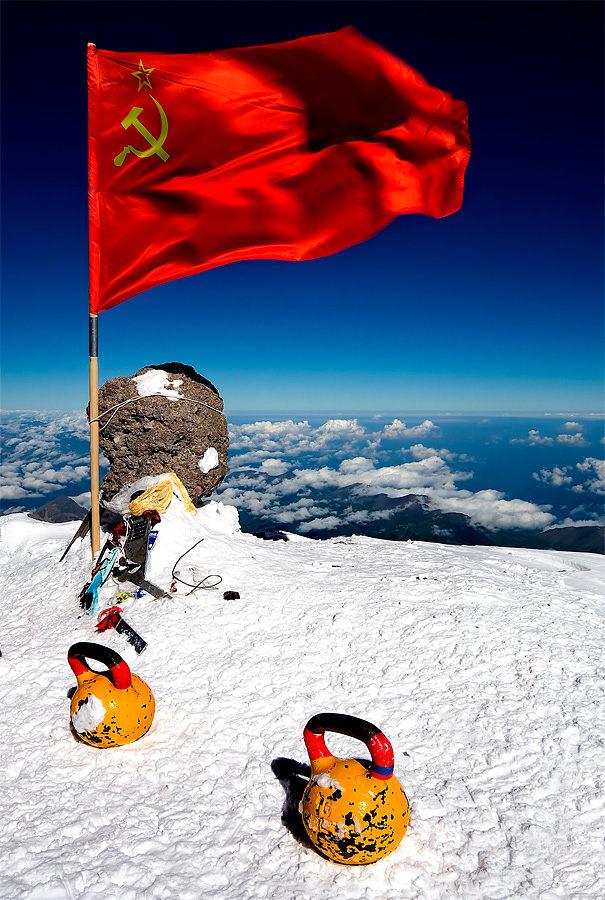 На вершине Эльбруса развевается красный флаг СССР и лежат советские гири. Высота 5642м